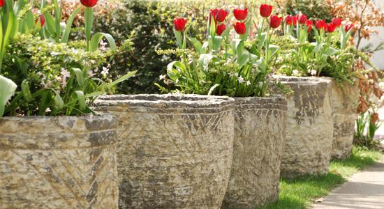 Bijzondere natuurstenen tuindecoraties voor alle soorten tuinen